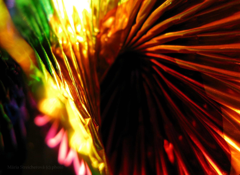 Hry farieb a svetla na plochách a hranách plisovaného materiálu