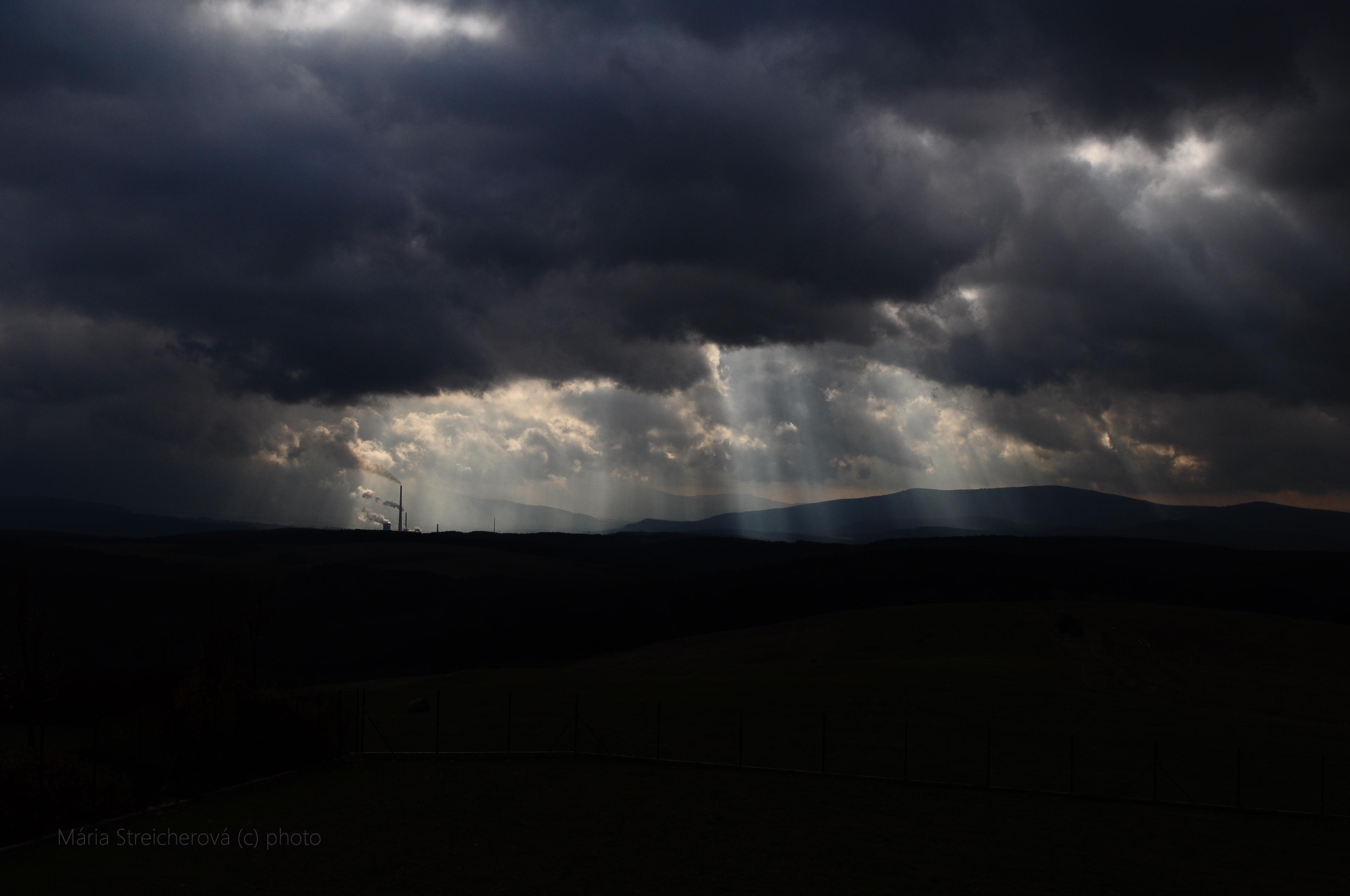 Krajina a obloha po výdatnej búrke, ktorá priniesla povodeň v Handlovej. Silueta tepelnej elektrárne v Zemianskych Kostoľanoch.