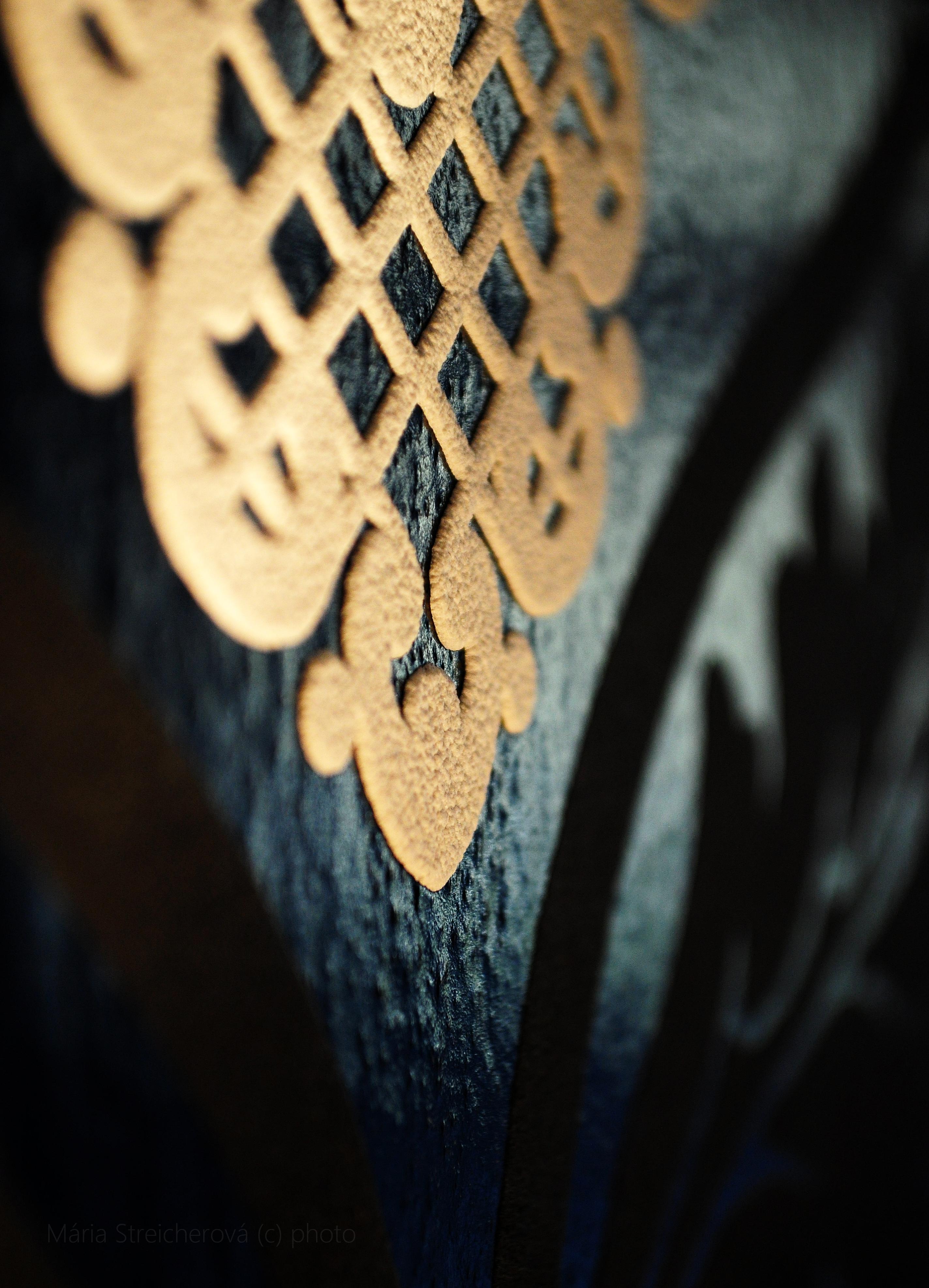 Detailný záber tapety, jej vzoru a štruktúry vo farbách čiernej, tmavomodrej a smotanovobielej.