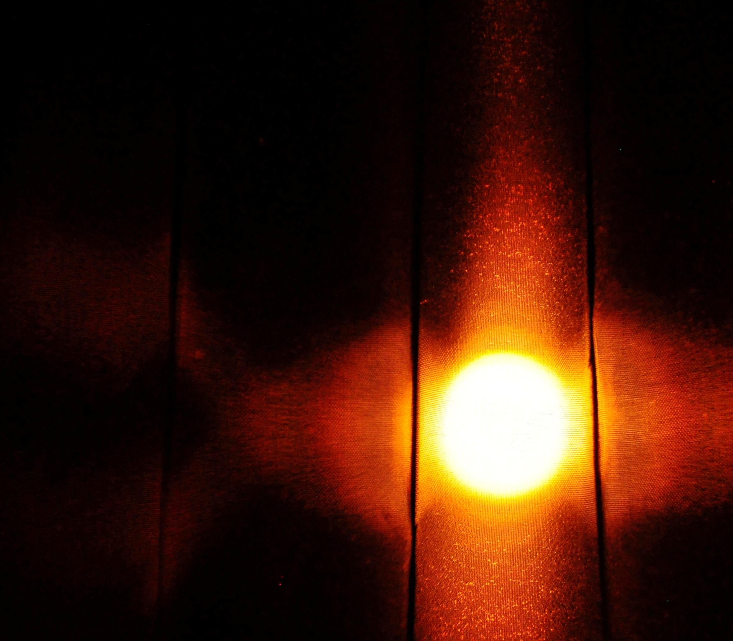 Svetlo pouličnej lampy z môjho okna.