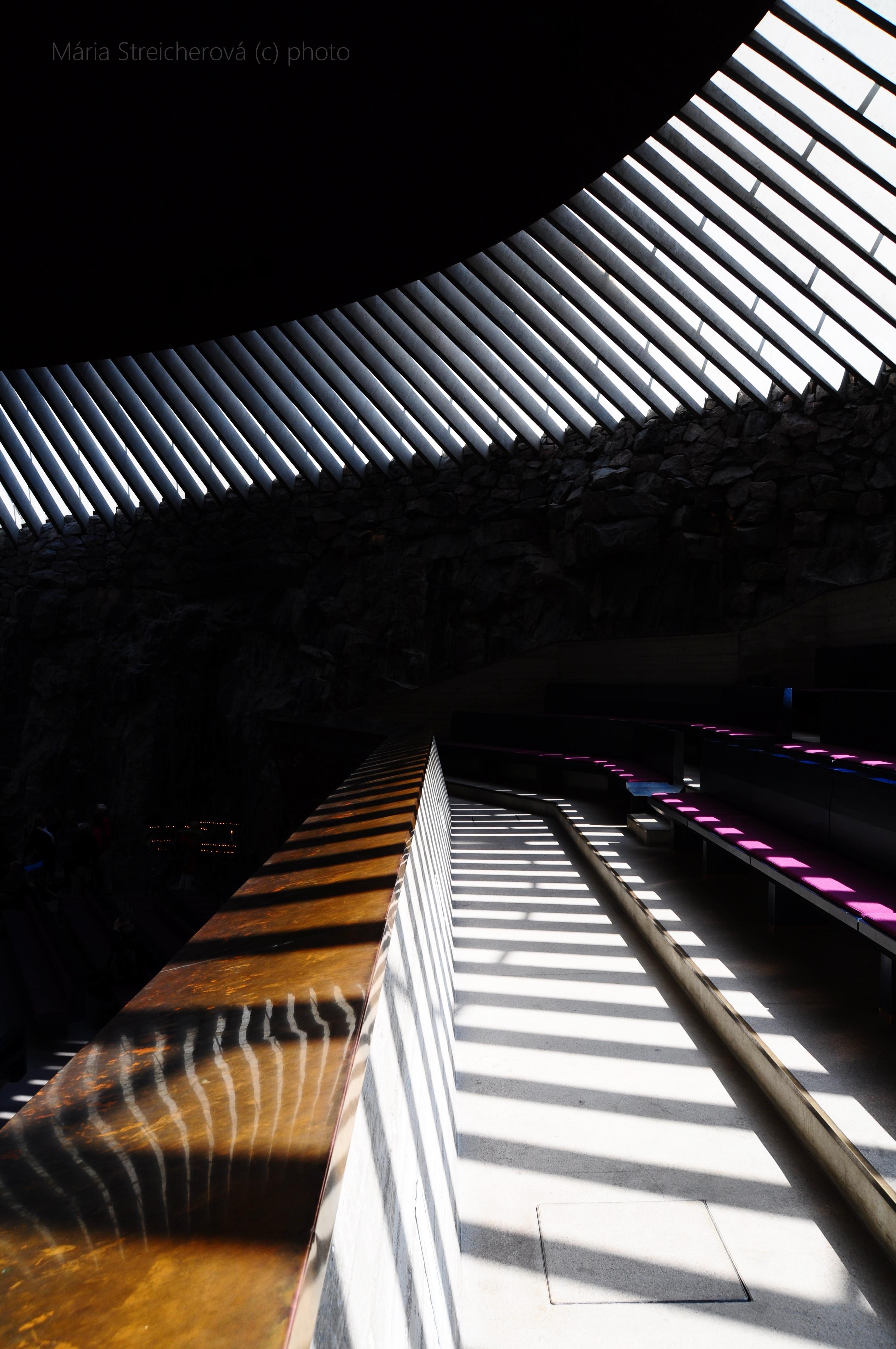 Svetelný raster presvitajúci na plochu chórusu cez strešné svetlíky.