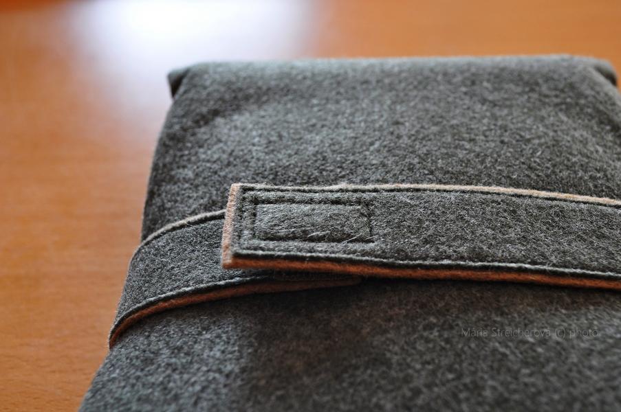 Obal na kalimbu zo sivého súkna so šitým pásikom a spinkou.