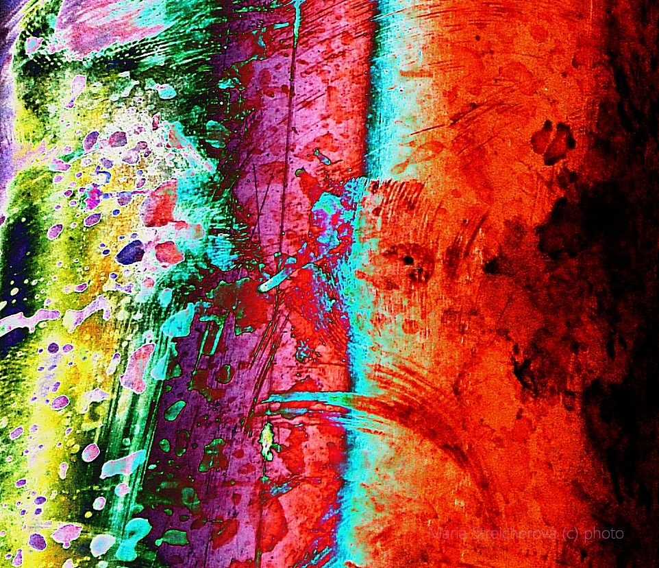 Detailný záber oxidovaného medeného plechu odkvapovej rúry vo viacfarebnej grafickej úprave.