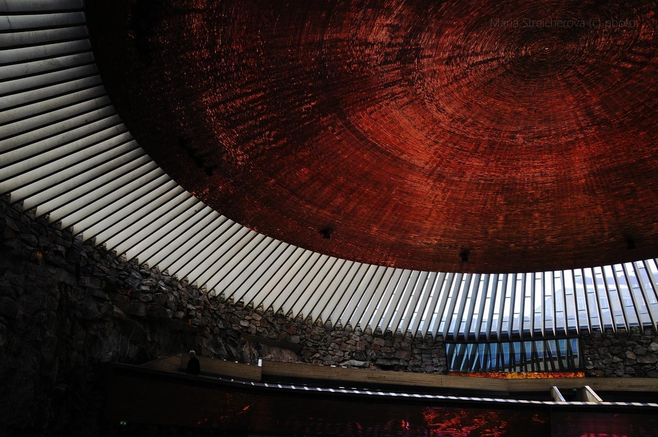 Medený strop, podstropné svetlíky a chórus kostola Temppeliaukio v Helsinkách.