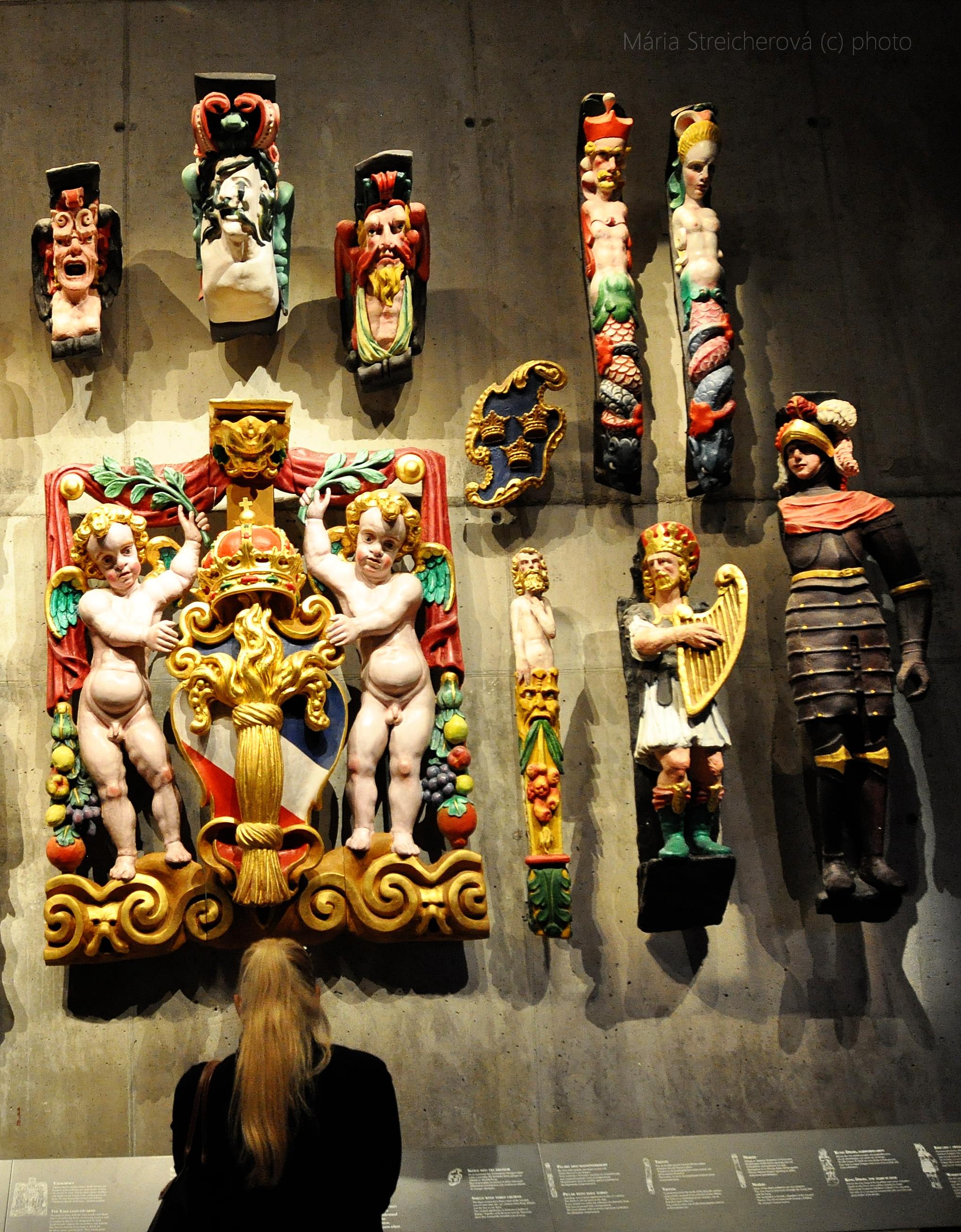 Farebné maľované sochy a súsošia z lode Vasa vo Švédsku.